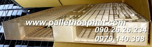 pallet-nhua-mau-sua-1100x1300x150mm-02